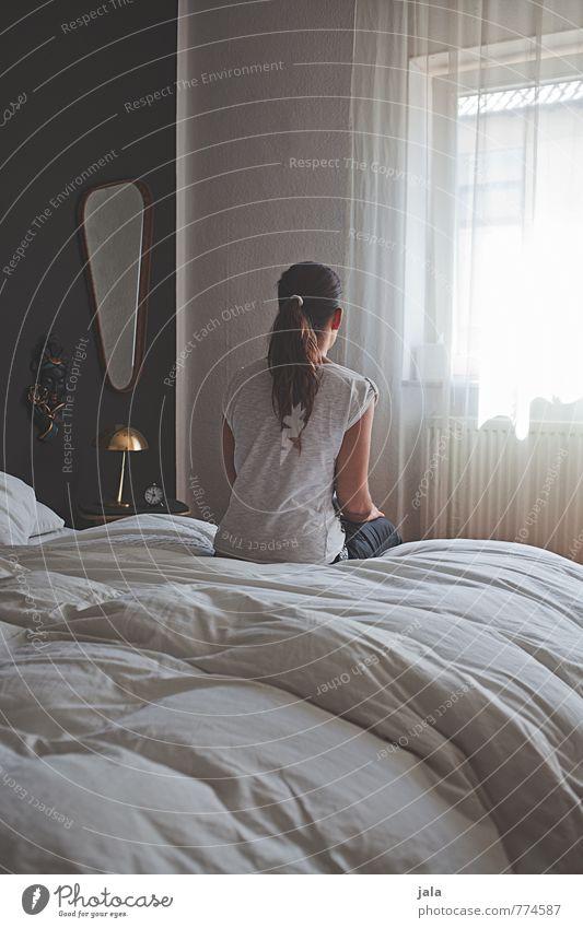 . Häusliches Leben Wohnung Bett Spiegel Schlafzimmer Mensch feminin Frau Erwachsene 1 30-45 Jahre brünett langhaarig Zopf Blick sitzen warten ästhetisch