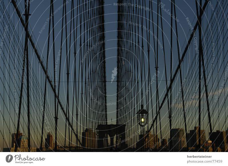 Brooklyn Bridge Himmel dunkel Brücke New York City Symmetrie Gitter