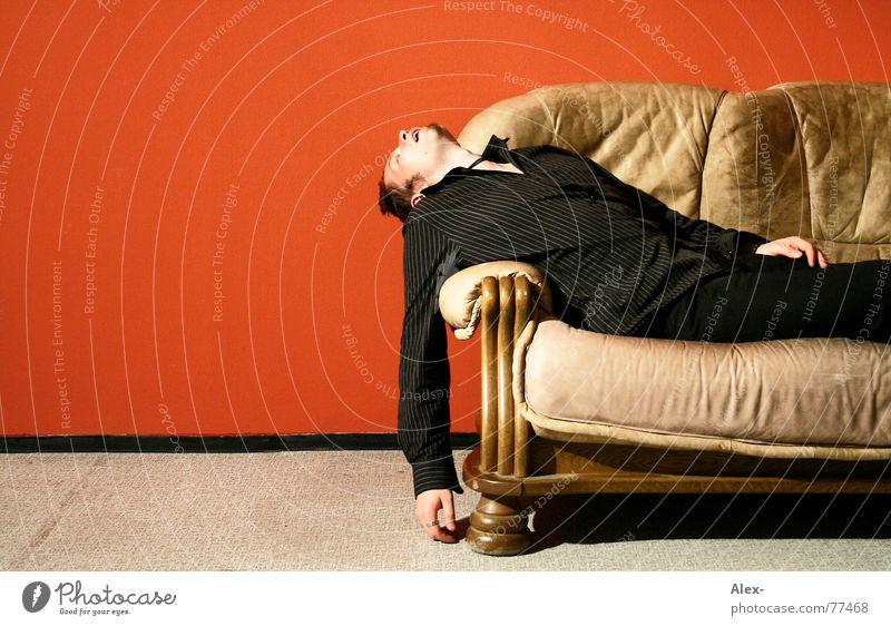 Der Arm wurde schwer Mann rot schwarz Erholung Arbeit & Erwerbstätigkeit Wand träumen Wohnung schlafen Sofa Müdigkeit Wohnzimmer Leder Kerl flau verschlafen