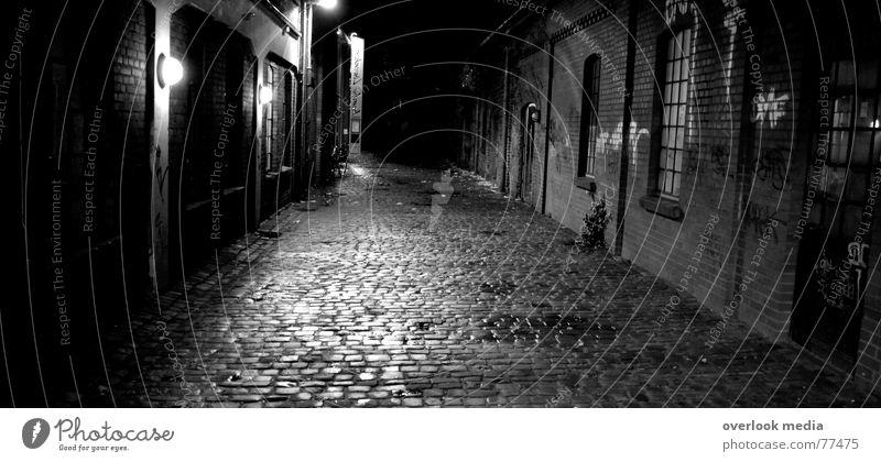 Gasse Kopfsteinpflaster dunkel Rinnstein Nacht Wege & Pfade Angst Straße