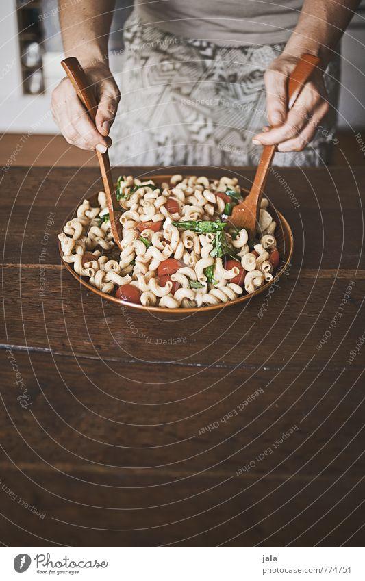 nudelsalat Mensch Hand Gesunde Ernährung feminin natürlich Lebensmittel Körper frisch Ernährung Gemüse lecker Appetit & Hunger Bioprodukte Schalen & Schüsseln Backwaren Abendessen