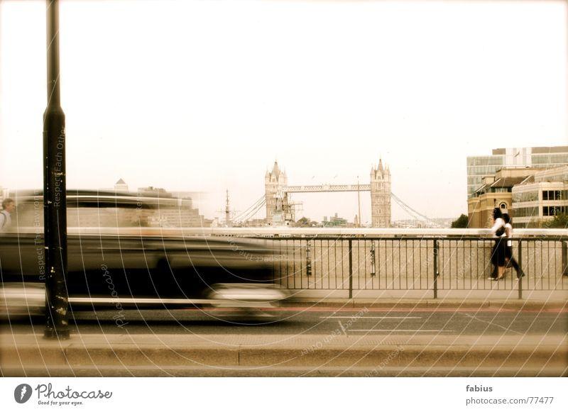 london London England Stadt Hauptstadt Stadtzentrum Brücke Bauwerk Gebäude Architektur Sehenswürdigkeit Wahrzeichen Denkmal Tower Bridge Straße Taxi Bewegung