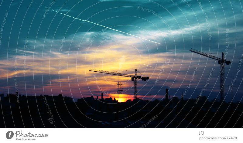 Aufm Dach Himmel Sonne Stadt blau rot Sommer Haus Wolken gelb Lampe dunkel Berlin Arbeit & Erwerbstätigkeit Gebäude orange fliegen