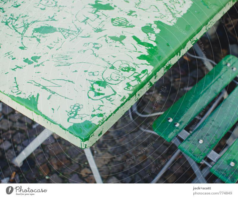 besondere Gäste verewigen sich Gastronomie Subkultur Kratzer Tischplatte Klappstuhl Metall Zeichen authentisch trashig grün Hemmungslosigkeit Kreativität