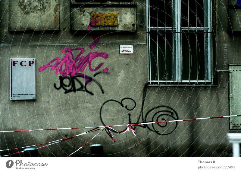 Urban Stadt dunkel Fenster Mauer Graffiti nass Fassade verfallen Barriere Gitter Spray Zone Vorderseite Tagger