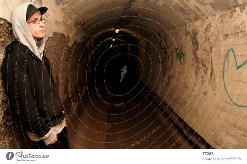 Tunnelblick dunkel Mann Brille Lampe Einsamkeit Mensch Schatten