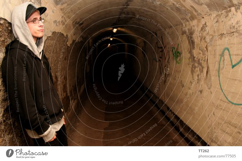 Tunnelblick Mensch Mann Einsamkeit dunkel Lampe Brille Schatten