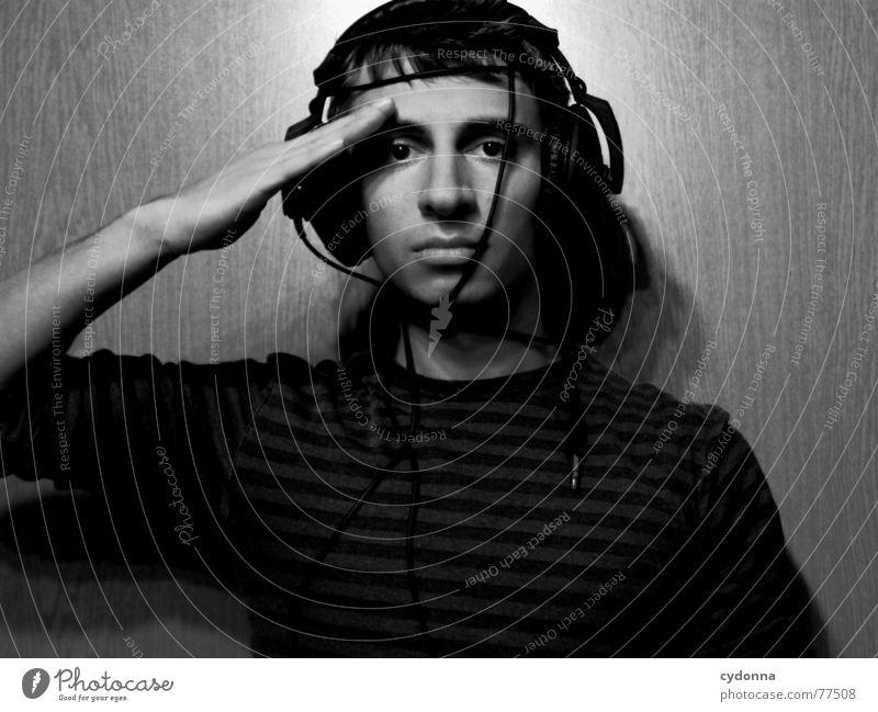 Menschenskind XV Mann Porträt Stil Hand Körperhaltung Pullover Musik hören Kopfhörer Licht Appell Strammstehen Untergebener Schwarzweißfoto Gesicht