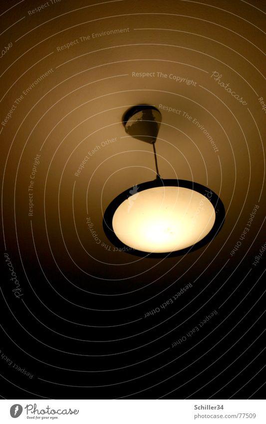 lampe mit ausstrahlung Lampe Deckenlampe rund Licht strahlend dunkel Farbverlauf weiß braun gelb grau schwarz Glühbirne UFO Ausstrahlung Kreis hell Schatten
