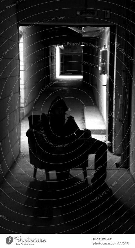 sitting and waiting dunkel schwarz weiß gruselig böse Tunnel Licht Mann Sessel erschrecken Feuerlöscher eng kaputt Verfall Stimmung Angst Panik Wut Ärger