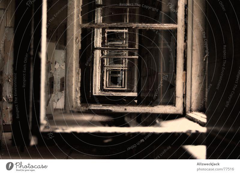 Windows aufmachen Fenstergang oben lüften kaputt gebrochen Fensterrahmen Fensterscheibe Sanatorium Licht offen Flur Innenaufnahme durchgucken sturzlüften alt