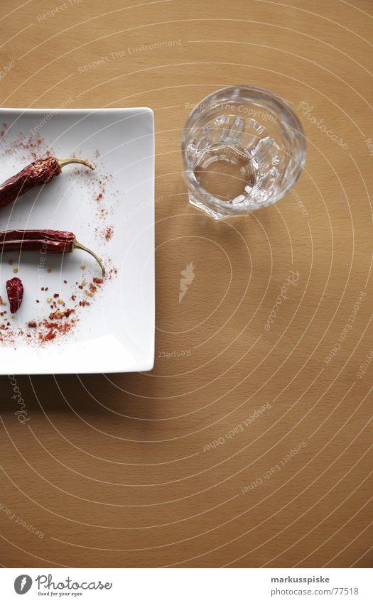 nicht vergessen...unbedingt nachspülen Tisch Buche Teller weiß rot Kräuter & Gewürze Scharfer Geschmack Schote Peperoni getrocknet feurig Wasser Glas Natur