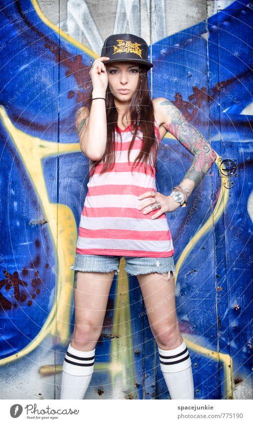 Skater girl Lifestyle Stil Freizeit & Hobby Mensch feminin Junge Frau Jugendliche 1 18-30 Jahre Erwachsene Mauer Wand Fassade Mode T-Shirt Mütze brünett
