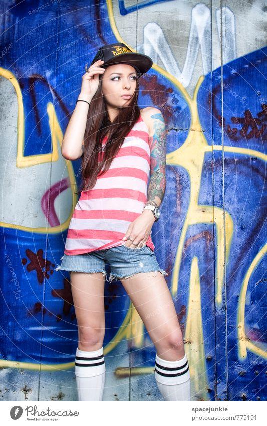 Skater Girl (2) Lifestyle Stil Freizeit & Hobby Mensch feminin Junge Frau 1 18-30 Jahre Erwachsene Mauer Wand Fassade Mode T-Shirt Mütze brünett langhaarig