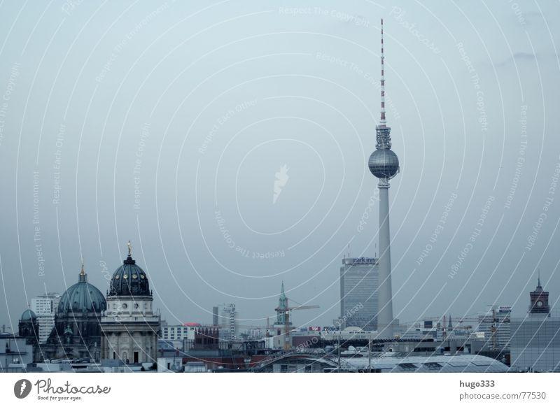 Berlin Alexanderplatz 5 Haus Osten Bauwerk Dämmerung Gebäude Spiegel weiß Stadt Querformat Horizont Deutscher Dom Kuppeldach grau verwaschen schimmern Aussicht