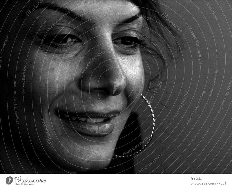 sanftes Lächeln Frau Mensch schön Freude Gesicht ruhig feminin lachen Gelassenheit sanft Ohrringe