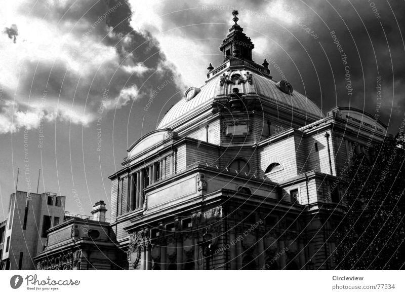 British Weather Haus Kuppeldach Schwarzweißfoto Wolken dunkel England schwarz London Himmel Ferien & Urlaub & Reisen historisch Architektur trist Firmament