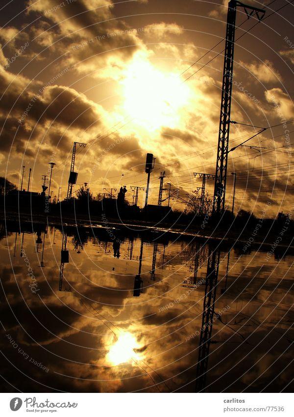 pFÜtzE Wasser Sonne Wolken dunkel Eisenbahn Elektrizität bedrohlich Gleise Strommast Pfütze Leitung dramatisch Signal Oberleitung Verspätung