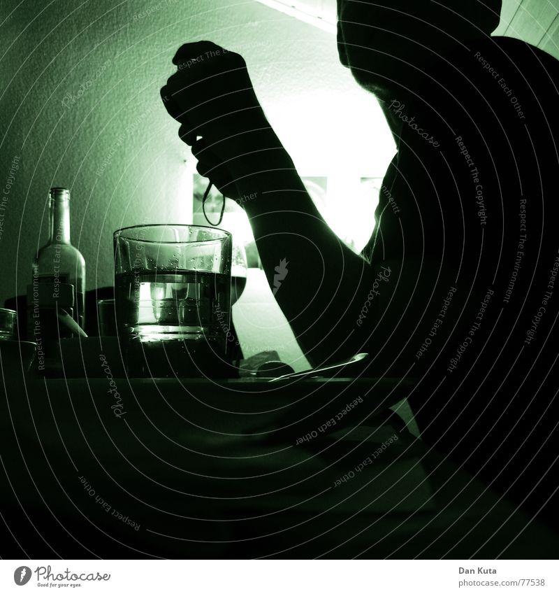 Abendgrün Mensch Mann Wasser Hand Haus Erwachsene dunkel Wand Raum Arme Ecke weich trinken Alkohol Quadrat