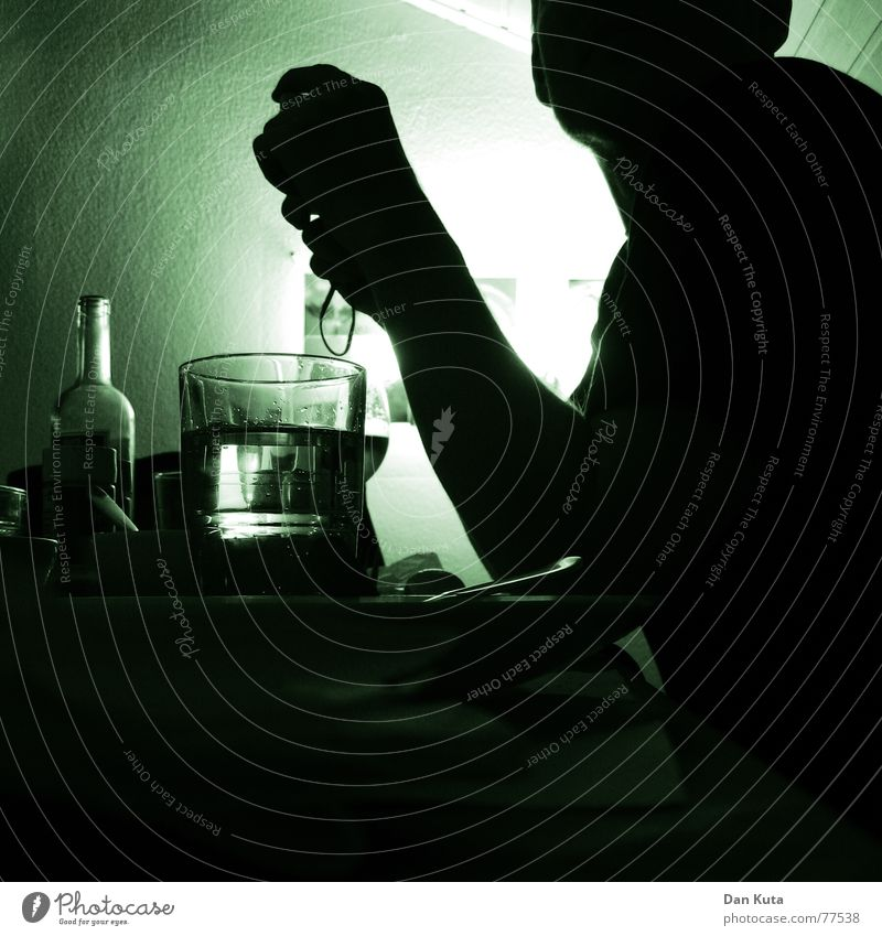 Abendgrün Mensch Mann Wasser Hand grün Haus Erwachsene dunkel Wand Raum Arme Ecke weich trinken Alkohol Quadrat