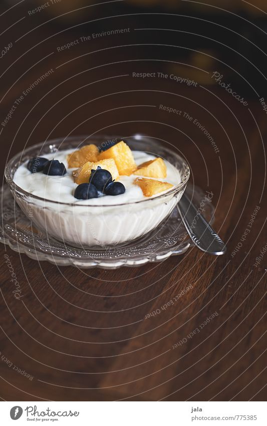 fruchtquark Gesunde Ernährung Lebensmittel Frucht frisch Ernährung süß lecker Appetit & Hunger Bioprodukte Frühstück Teller Schalen & Schüsseln Dessert Vegetarische Ernährung Löffel Holztisch