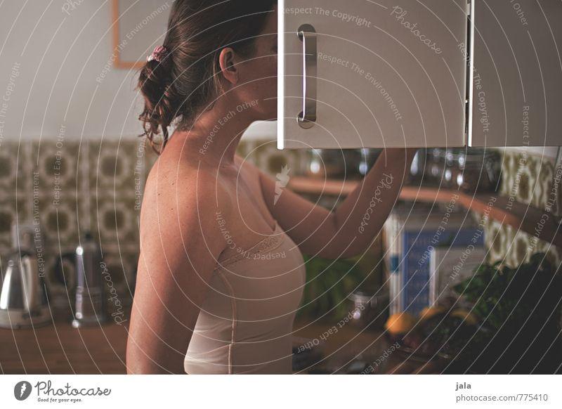 tassenkontrolle Häusliches Leben Wohnung Möbel Raum Küche Hängeschrank Schranktüren Mensch feminin Frau Erwachsene Körper 1 30-45 Jahre Top brünett langhaarig