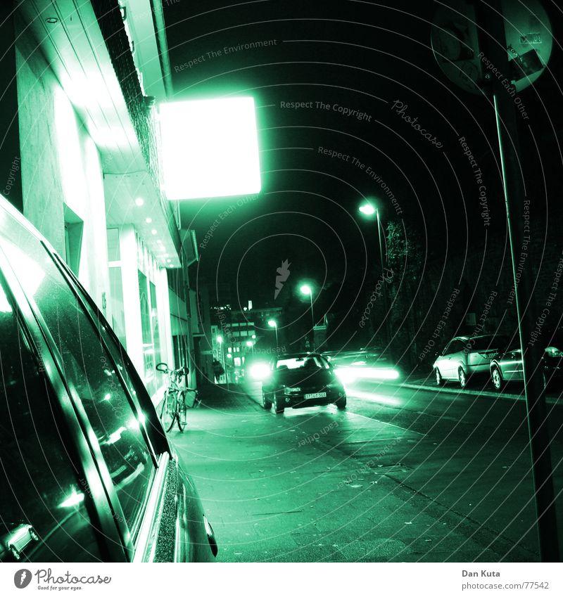 Nachts sind alle Katzen grün PKW Schilder & Markierungen Bodenbelag Streifen Spiegel Köln Laterne Kwartier Lateng