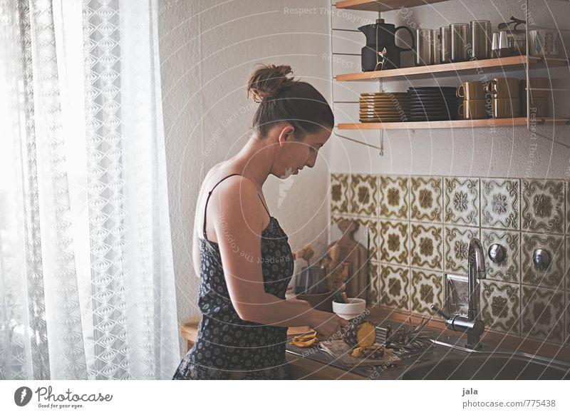 küchenalltag Mensch Frau Erwachsene feminin Innenarchitektur natürlich Lebensmittel Arbeit & Erwerbstätigkeit Wohnung Häusliches Leben Frucht authentisch ästhetisch Ernährung Kleid Küche