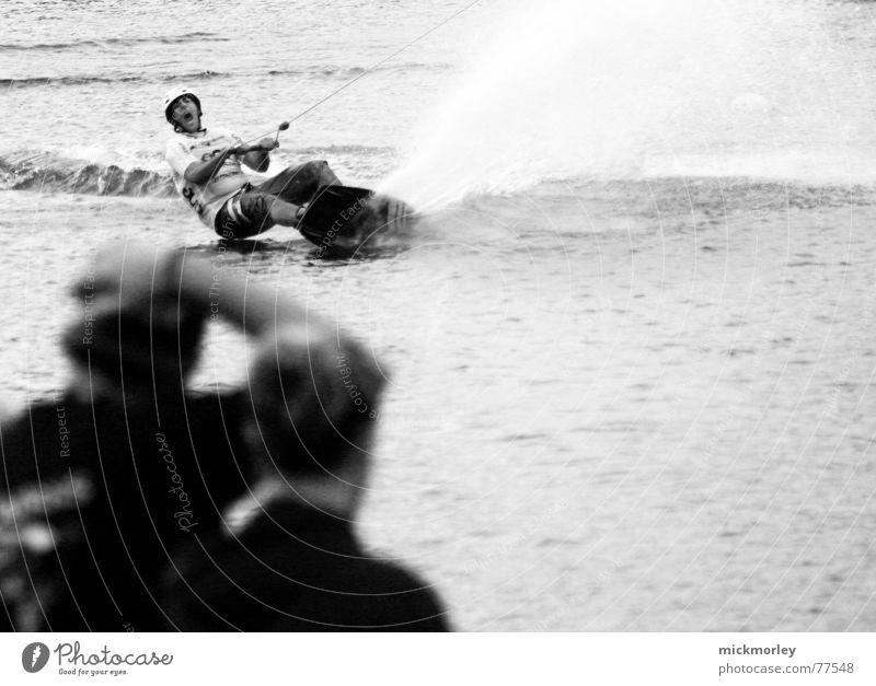 wakeboarden Aktion Wakesurfing Wasserspritzer Fahrstuhl water Schwarzweißfoto Perspektive