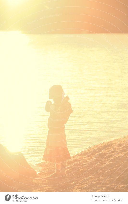 Eda Mensch feminin Mädchen Körper 8-13 Jahre Kind Kindheit Küste gelb gold schwarz Ferien & Urlaub & Reisen Farbfoto Außenaufnahme Abend Dämmerung