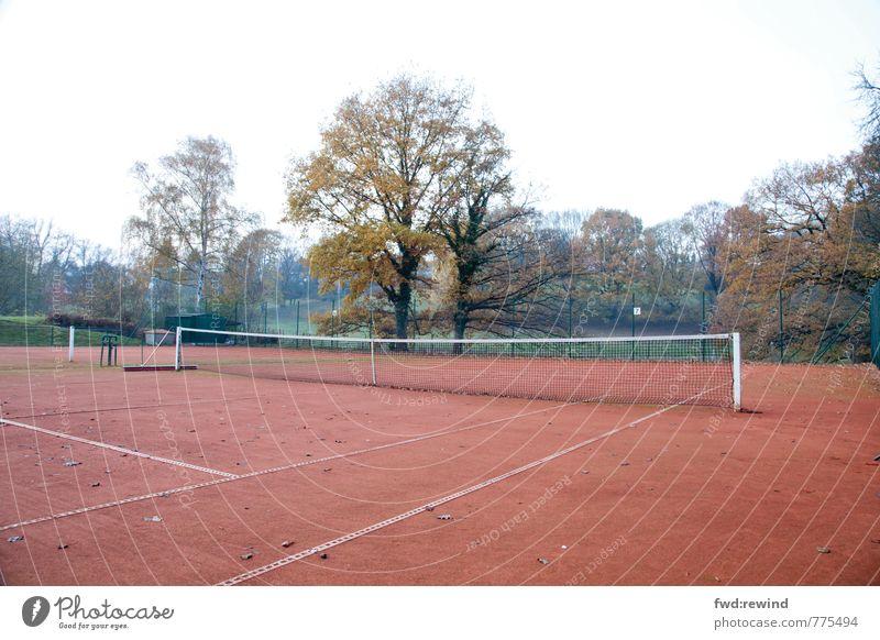 Tristes Tennis Sport Ballsport Sportveranstaltung Tennisnetz Tennisplatz Sportstätten Herbst schlechtes Wetter Blick warten Gefühle Stimmung geduldig ruhig