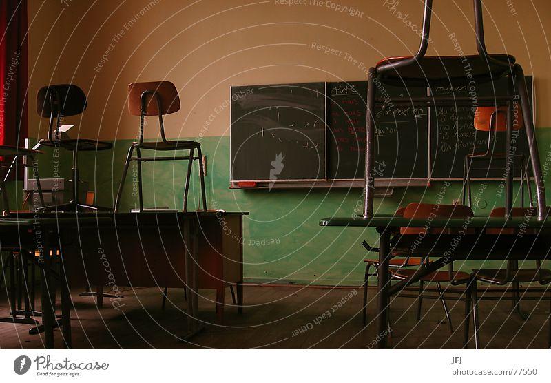 Rire Einsamkeit Schule Zusammensein trist Armut Studium Reinigen Schulgebäude lesen Neugier Stuhl Bildung Bank streichen schreiben Information