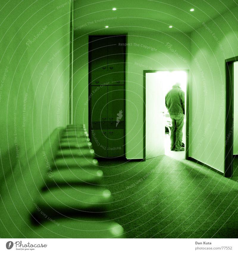 Arbeit im Grünen Licht Gegenlicht Mitarbeiter Schrank grün Jacke Wand Teppich Pause Arbeit & Erwerbstätigkeit unpersönlich kalt Heizkörper Mensch Tür