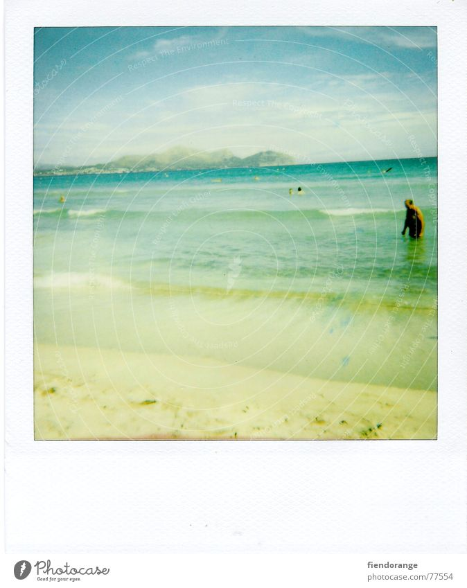 beach-gaudi Meer Strand Wellen Mann Freizeit & Hobby Ferien & Urlaub & Reisen Einsamkeit gelb Barfuß Sonne Wasser Sand Mensch Polaroid Freiheit blau Himmel