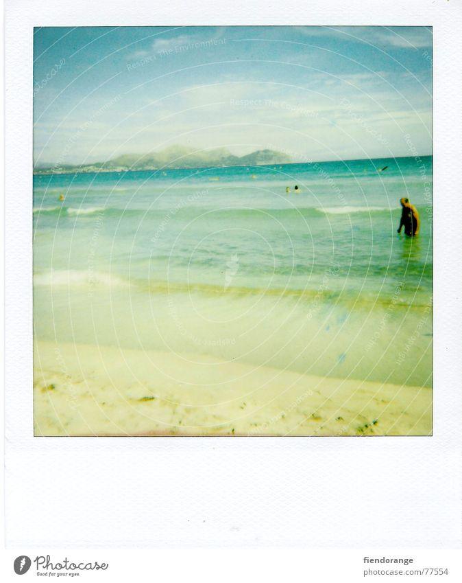 beach-gaudi Mensch Himmel Mann blau Wasser Ferien & Urlaub & Reisen Sonne Meer Strand Einsamkeit gelb Freiheit Sand Polaroid Wellen Freizeit & Hobby