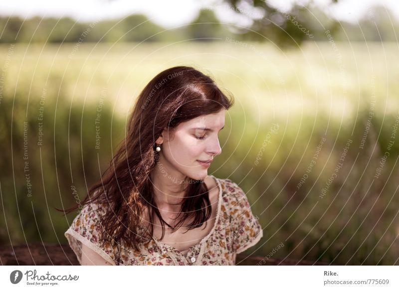 Das Leben spüren. Lifestyle Mensch feminin Frau Erwachsene 1 18-30 Jahre Jugendliche Natur Sommer brünett langhaarig Lächeln träumen schön natürlich Gefühle