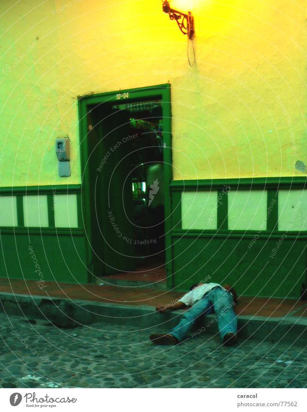 Siesta Mann grün Haus gelb Straße Tür schlafen Alkoholisiert Kolumbien