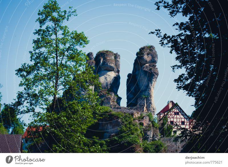 Fränkische Bären, Steinernes Naturdenkmal, sehen aus wie Bären,auch ein  Fachwerkhaus steht daneben, in Tüchersfeld - Franken / Bayern, Freude ruhig
