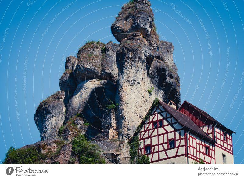 Schöner Wohnen !, Blauer Himmel und Fachwerkhäuser auf dem Felsen in Tüchersfeld- Püttlachtal Freizeit & Hobby Ausflug wandern Traumhaus Natur Sommer