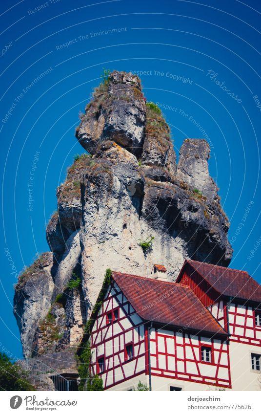 Blauer Himmel, Fachwerkhäuser am Berg, Markante Felstürme in Tüchersfeld / Püttlachtal - Franken / Bayern ruhig Freizeit & Hobby Ferien & Urlaub & Reisen
