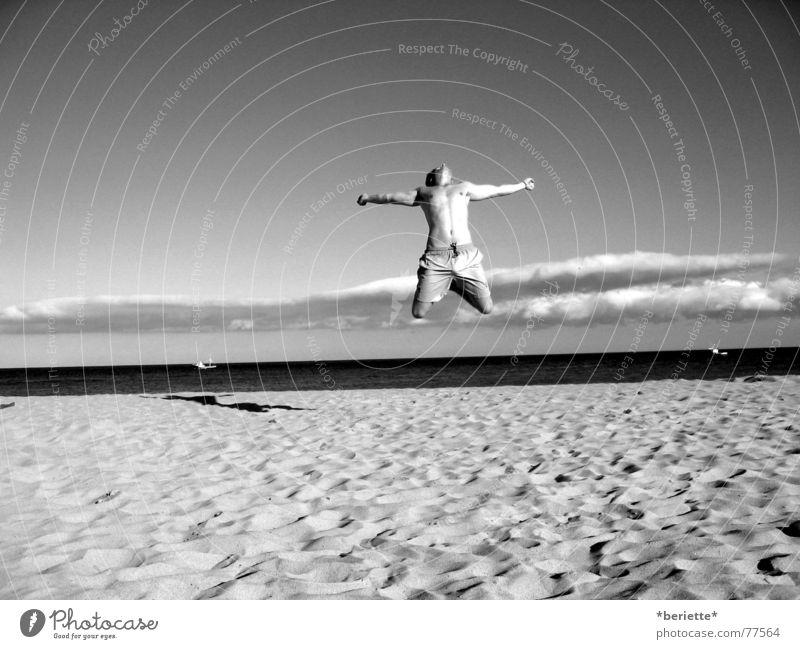 Freiheit 1 Mann springen Ferien & Urlaub & Reisen Badehose Strand Physik Sommer Meer nass salzig Sand Wärme Muskulatur Himmel blau Freude Schwarzweißfoto
