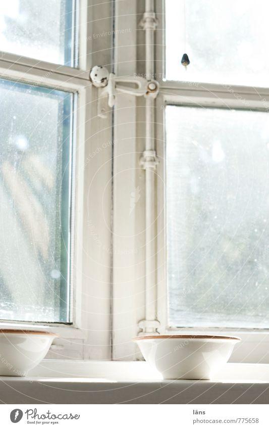 Fensterkreuz Schalen & Schüsseln Häusliches Leben Wohnung Raum Schlafzimmer alt authentisch Ferne Fensterbrett Fensterscheibe geschlossen Aussicht Lichteinfall