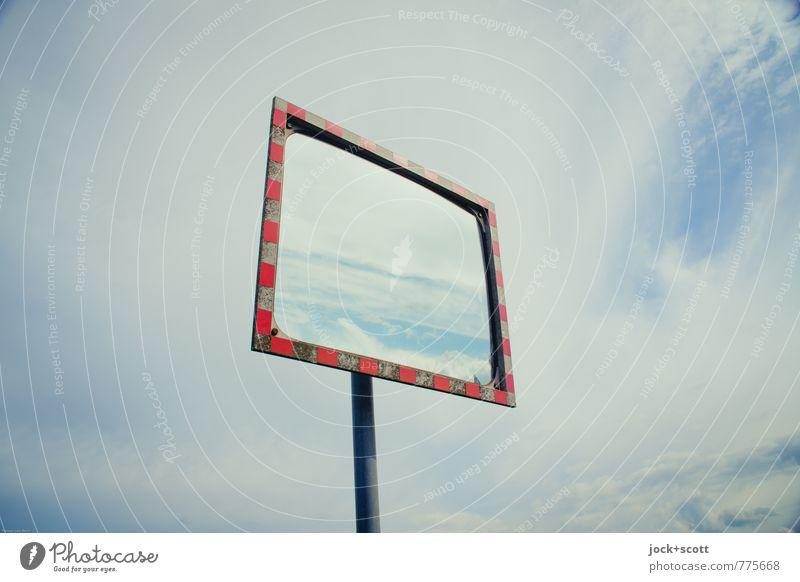 Verkehrsspiegel unter Wolkenhimmel Spiegel umrandet konvex oben Horizont Kontrolle Mittelpunkt Spiegelbild Reflektor Verkehrssicherheit abstrakt