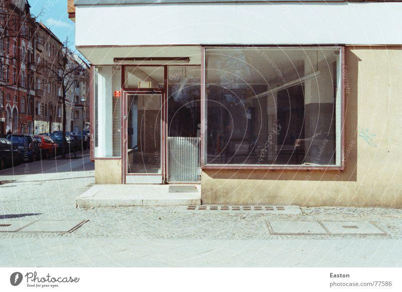 Ladengeschäft Schaufenster leer Leerstand ruhig Architektur