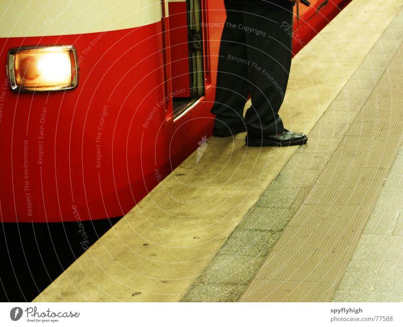 Auf Durchreise U-Bahn Uniform Schuhe rot stoppen Beton Fuß u-bahnsteig Scheinwerfer U-Bahnstation