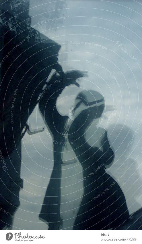 irrsinnigerweise > Frau Spiegel Reflexion & Spiegelung Fenster Himmel Angst Panik Kunst Kultur blau Glas reflektion Mensch dunkel Wand Glasscheibe