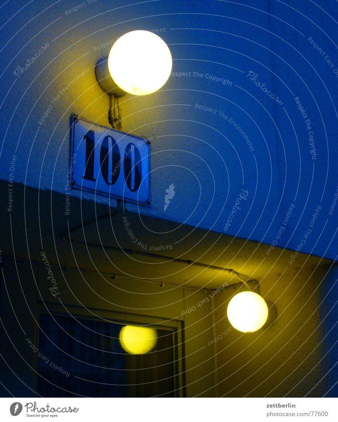100 Ziffern & Zahlen Hausnummer Jubiläum Licht Außenbeleuchtung Glastür Reflexion & Spiegelung Nacht dunkel Emailleschild Beleuchtung Tür Abend blau