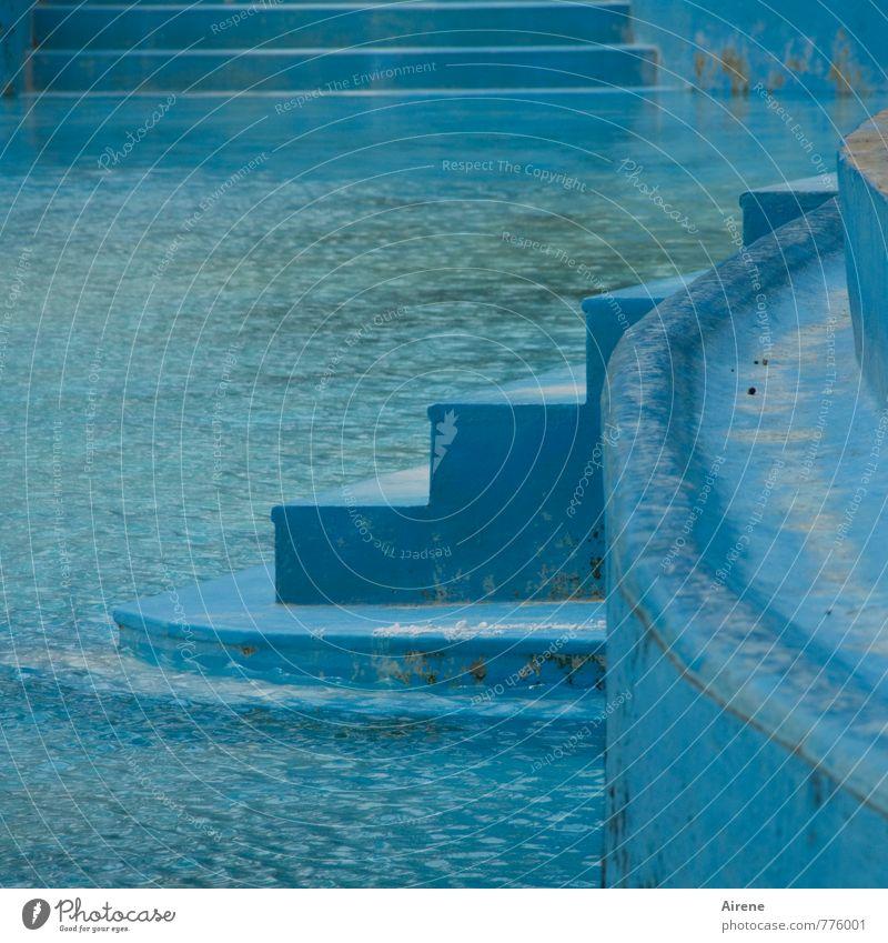 Hinein ins Vergnügen Sport Wassersport Schwimmen & Baden Sportstätten Schwimmbad Freibad alt frisch kalt blau türkis Wellness hell-blau Treppe