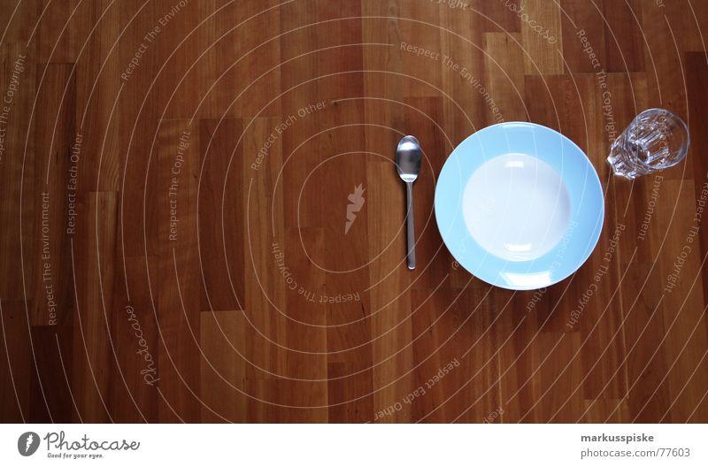 immer auf dem boden essen oder was ? Ernährung Parkett Holz Teller Löffel leer Appetit & Hunger Gedeck Sauberkeit hell-blau babyblau weiß Lebensmittel Glas