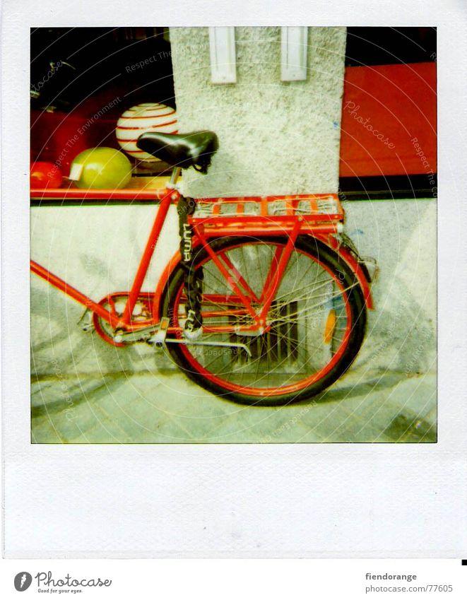 abstellgleis Speichen rot Gleise Pause ruhig Eile fahrras Fahrrad Fahrradsattel Ball bälle:wand:schaufenster Straße